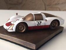 Reproduction en bronze Porsche 906 Le Mans 1967 échelle 1/43 sur socle