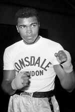 Cassius Clay UNSIGNED photo - K3260 -  Trains before his fight with Henry Cooper