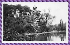 Paris - jardins des Buttes Chaumont, l'aiguille rocheuse et le belvédère