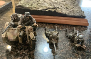 The Collectors Showcase - 4 Soldiers and Terrain Base