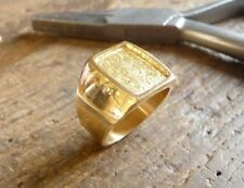 Chevalière or en forme de tonneau avec plateau satiné