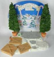Cherished Teddies Santas Workshop Display mit Hintergrund und zwei Bäumen CRT076