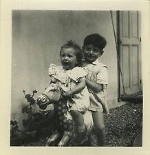 PHOTO ANCIENNE - VINTAGE SNAPSHOT - ENFANT CHEVAL DE BOIS BASCULE JOUET PEUR-TOY