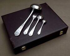 MENAGERE EN COFFRET 37 PIECES EN METAL ARGENTE DECOR ROCAILLE LOUIS XV VERS 1960