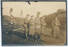 Foto Offiziere vor Eisenbahnwaggon/Bahnhof 2. Batterie 39.Fußartl.Batl.  (A609)