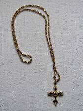 Croix émaillée avec sa chaîne dorée