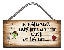 SHABBY CHIC FUNNY SIGN A FISHERMAN LIVES HERE WITH THE CATCH OF HIS LIFE 07