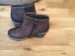 CLARKS PLUS DARK BROWN TWO TONE ANKLE BOOTS SIZE (6)(39)....