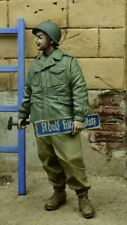 D-Day Miniature, 35077 – US GI holding Street Sign, Germany 1945 , SCALE 1/35
