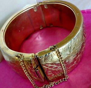 VINTAGE 1950s WIDE GOLD TONE METAL ETCHED HINGED BANGLE BRACELET CUFF 58.9g