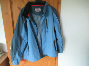 TCM - Herren Trekking/Outdoor Jacke mit versenkbarer Kapuze - Gr. L - blau/grau