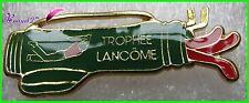 """Pin's """" TROPHEE LANCOME """" Sport Un golfeur avec un sac de club vert  #1791"""