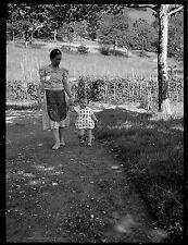 Femme tablier & enfant jardin - Ancien négatif photo an. 1930