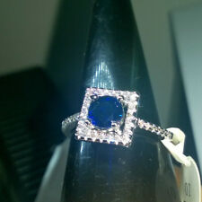 ROUND CUT CREATED BLUE SAPPHIRE + WHITE SAPPHIRE RING. SILVER. SIZE. T