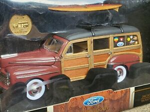 Road Signature 1948 Ford Woody Station Wagon 1:18 Scale Diecast Car w/ Surfboard