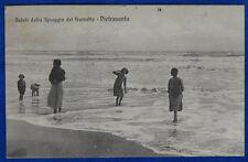 SALUTI DALLA SPIAGGIA DEL FIUMETTO PIETRASANTA animata viaggiata 1915 f/p#20392