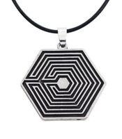 Collier, pendentif motif labyrinthe EXO acier + cordon.
