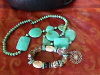 lot 2 belles piéces collier  vert émeraude s +bracelet  breloques assorti