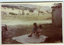 PHOTO Les Bérauds 1957 scène de genre pique-nique des enfants posent