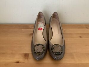 $240 French Sole FS/NY  Womens sz 7.5B taupe patent leather wedge pumps shoes