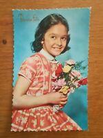 CPA ancienne - Bonne fête - Photochrom - Jeune fille au bouquet années 40