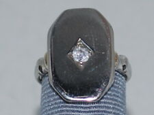 18k White Gold ring with a Diamond and beautiful design