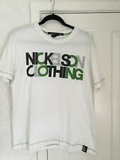 NICKELSON CLOTHING WHITE COTTON CREW NECK T SHIRT WITH GREEN GRAPHIC – SIZE XL