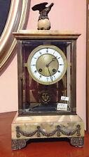 Orologio con movimento a pendolo con teca di vetro e parti in marmo giallo