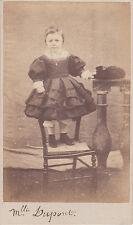 Photo cdv : Mlle Dupont debout sur une chaise en pose  , vers 1865