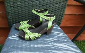BNWOT LADIES GREEN LEATHER PLATFORM SANDALS BY CLARKS SIZE 4.