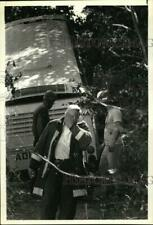 1989 Press Photo Officials at site of bus accident in Catskill, New York