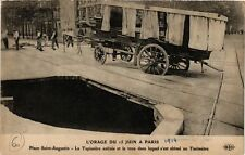CPA L'ORAGE DU 15 JUIN a PARIS (8e) Tapissiere, Taximetre, trou (198994)