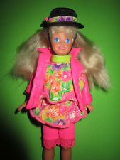 B512-BLONDE BARBIE STACIE MATTEL 1992 OHRRINGE+KOMPLETTE KLEIDUNG+HUT+SCHUHE RAR