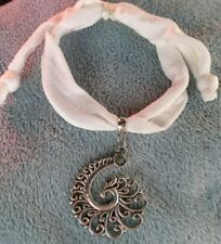 Armband mit Phönixschwanz am Textilband ** größenverstellbar **weiß