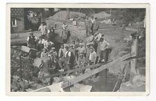 12/578 AK FOTO BAUARBEITER BAUSTELLE MIT WENIG TECHNIK SCHUBKARRE HOLZRAD 1936