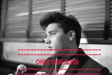 """ELVIS PRESLEY on """"Hollywood"""" Bound Train April 1960 8x10 Photo INTERVIEW 003"""