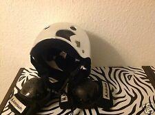Trendige Schutzausrüstung Helm und Knieschonern Skater BMX Funsport