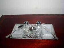 Très élégant Chrome Salière Poivrière Set et préserver plats sur socle