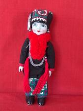 Poupée Mong en costume traditionnel, porcelaine et chiffon
