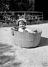 Photo Art Artiste anonyme Déco NB - Enfant dans une bassine - le bain
