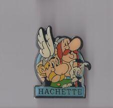 Pin's groupe Hachette éditeur / Asterix - Obélix (signé 1991 Goscinny Uderzo)