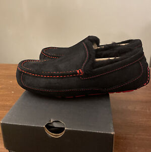 UGG MEN'S ASCOT SLIPPERS BLACK/ SAMBA RED, 1016593 SIZE 8/ AUTHENTIC BRAND NEW