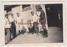 (F14412) Orig. Foto deutsche Soldaten vor einer Lagerhalle 1940er