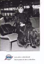Photo Gina Lollobrigida manteau en singe UK /originale presse argentique/1970