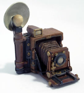 Graflex Speed Graphic Camera w/ flash, Resin Molded Replica, collectible #26035B