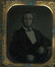 AMBROTYPE rehaussé homme assis coude sur table  circa 1860