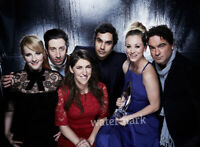 THE BIG BANG THEORY TV SERIES CAST KALEY CUOCO HOLDS A TROPHY PUBLICITY PHOTO