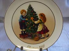 "AVON CHRISTMAS MEMORIES ""KEEPING THE CHRISTMAS TRADITION"" PLATE 1982 W/Box"