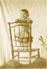 France, un enfant sur une chaise, scène de vie, humoristique    Vintage citrate