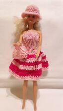 Puppenkleidung.passend für Barbiepuppe,Kleid Tasche + Hut Handarbeit 6315